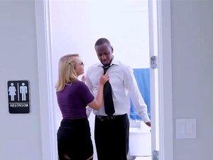 Die schöne Zoey Monroe spielt mit ihrem Arsch und dehnt ihn bis ans Limit