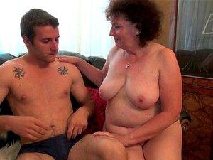 Oma Malya liebt fette Schwänze, die ihre schlaffe ältere Fotze bohren