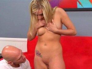 Blonde Chloe Scott summt ihre Klitoris, während harter Schwanz ihren saftigen Arsch fickt