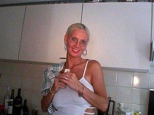 Blonde reife Brille saugen