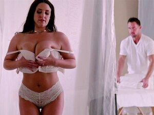 Frau Angela White lässt Masseurin hinter dem Rücken ihres Mannes mit ihren großen Titten spielen