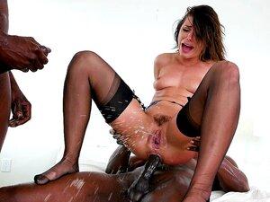 Unheiliges Spritzen mit den verrückten Hündinnen Adriana Chechik und Leigh Raven