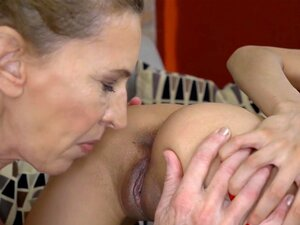 Vinna Reed leckt das alte Arschloch und die behaarte Muschi der sexy Oma