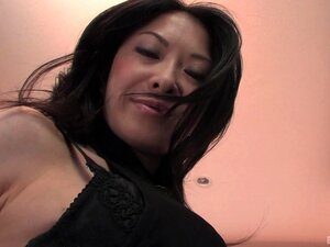 Große behaarte Fotze der reifen Jap Sayoko Machimura wird von einer Gang gefickt und besahnt