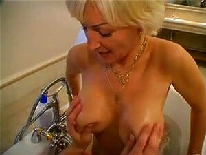 Dusche der nackt oma unter In Der