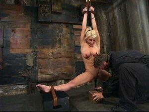 Gefesselt gefoltert und nackt frauen Frau Gefesselt
