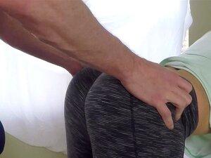 Lylith Lavey genießt brutales Analficken in zerrissenen Leggings