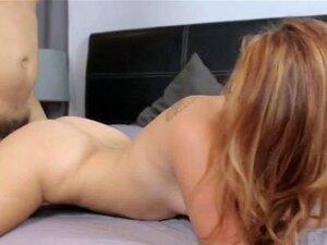 Janice Griffith spielt ihre Klitoris mit Vibro, während er ihre nasse Muschi fickt