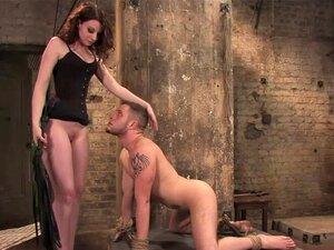 Brutale Herrin Maitresse Madeline Marlowe reitet ihren Sklavenjungen an der Leine