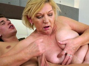 Karen Misakis behaarte Muschi wird von einem asiatischen Schwanz gefickt und mit Sperma gefüllt