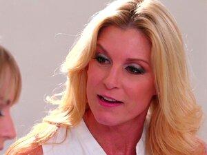 Zwei Blondinen Kagney Lynn Carter und Scarlett Sage ficken auf einem Massagetisch