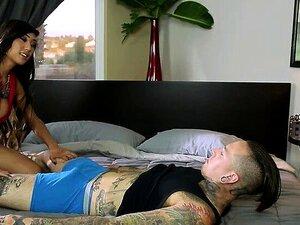 Heißer asiatischer Ladyboy Venus Lux fickt hungrige Muschi von Sophia Grace