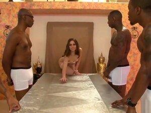 Die zarte Riley Reid lässt ihre Muschi von einem schwarzen Gangbang-Team testen