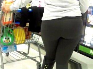 Dildo fällt aus Mädchen Muschi im Laden