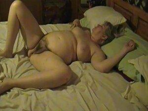 Nackt auf bett oma dem Nackt oma