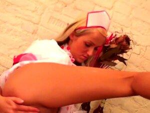 Die schöne Anna Kampa streichelt ihre jungfräuliche Muschi, bevor sie ein Bad nimmt