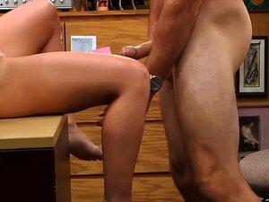 Partygirl verkauft BFs Lautsprecher und reitet einen Schwanz, um Geld für eine Party zu bekommen