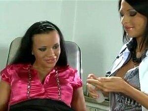 Arzt fickt Patientin lesbisch