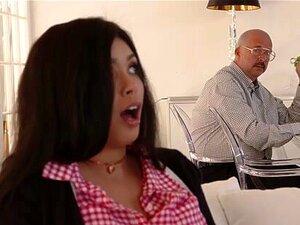 Die schwarze Freundin Aaliyah Hadid fickt ihren weißen Jungen, während Papa zu Hause ist