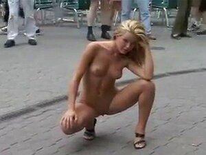 Öffentlich zeigen nackt Nackt in