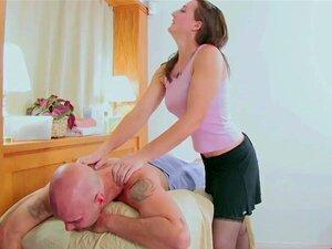 Cocky Rachael Madori zeigt ihre Fähigkeiten beim Schwanzlutschen im Massageraum