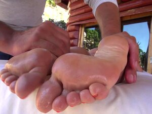 Die langbeinige und junge Tiffany Tatum bekommt ihre Füße verehrt
