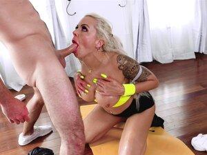 Silvia Dellai wird nach dem Training auf Fitnessball in den Arsch gefickt