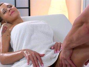 Große Titten Massagesalon Oma bekommt