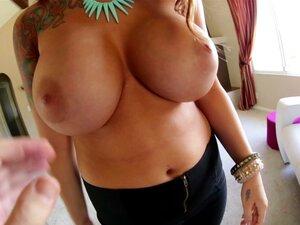 Verträumte Alyssia Kent nimmt es nach tollem Sex auf ihre großen Brüste