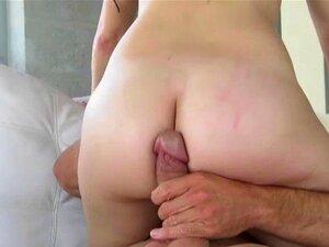 Großes schlankes Mädchen masturbiert