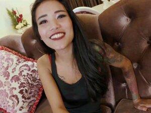 Das kurvenreiche Thai-Girl Sukayana nimmt es in ihre schöne behaarte Fotze