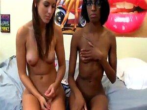Ebony Girl wird von einem Weißen gefickt und erniedrigt einen anderen