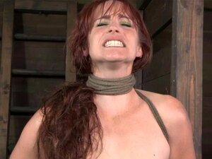 Mannsklave wird von der dicken rothaarigen Herrin Bella Rossi gemolken und erstickt