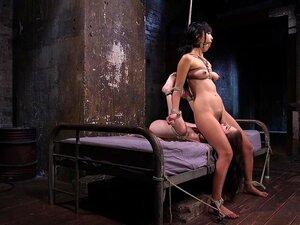 Die gefesselten Sexsklaven Anna De Ville und Marica Hase lecken sich gegenseitig die Fotzen