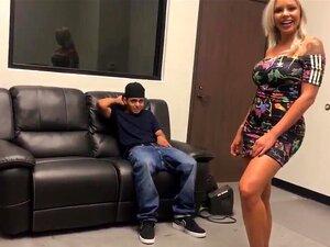 Zwei reife blonde Fotzen von Aaliyah Love und Nina Elle für einen steifen, fetten Schwanz