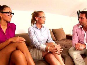 Teen mit Brille und MILF-Hausmädchen werden bei einem Dreier gefickt