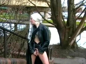 Blondine Strip Masturbieren Öffentlich