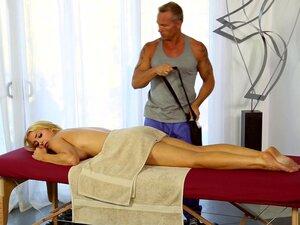 Fit und geformt Alix Lynx fickt ihre Kundin in einem Massagesalon
