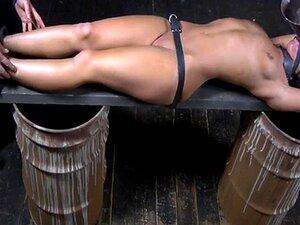 Glatze Sklavin wird von geschmolzenem Kerzenwachs gequält