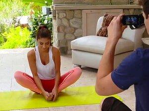 Das perfekte Fitness-Girl Nina North reitet nach dem Yoga einen riesigen Schwanz