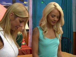 Elsa Jean und ihr Freund haben einen Dreier mit ihrer Stiefmutter Alexis Fawx gemacht