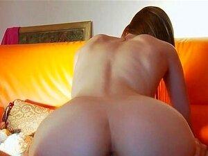 Liana, ein schlanker russischer Teenie mit kleinen Titten, der einen Schwanz reitet