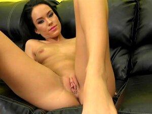 Brünette Dame Megan Rain spreizt ihre Beine in sehr leidenschaftlicher Aktion