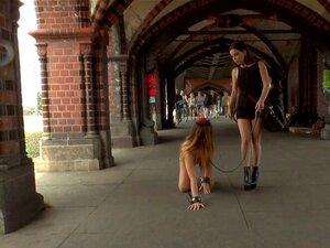 Enge Herrin hält Sklavin an der Leine, während sie im Doggystyle gefickt wird