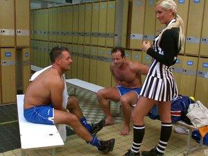 Jungs in der umkleidekabine
