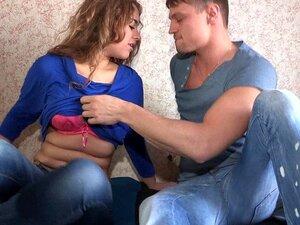 Agi Puncikova masturbiert in einem Bad, nachdem sie mit ihrer jungfräulichen Muschi gespielt hat