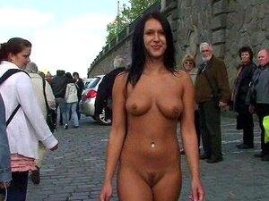 Öffentlich nackt Frauen gestrippt Kostenloses nackte