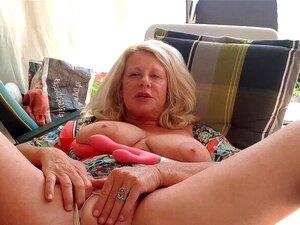 Spritzt nackt frau Caroline spritzt