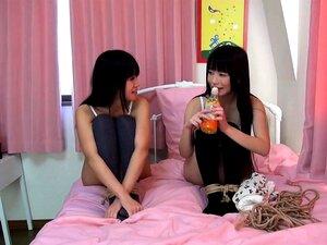 Hilfloses japanisches Mädchen wird während der Bondage-Action gespielt