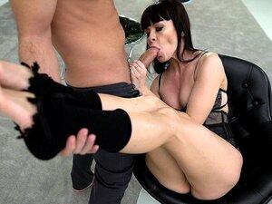 Sasha Colibri streckt den dünnen russischen Arsch mit dem großen Schwanz